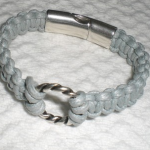 Bracelet pour homme ou femme, en coton tressé gris clair et métal argenté